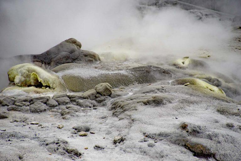 2 Mal in der Stunde spritzt der Geysir das Wasser bis zu 30 m in die Luft.