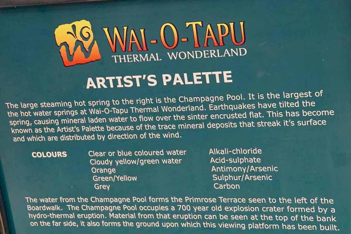 Diese Hinweistafel in Wai-O-Tapu macht deutlch welche Mineralien die geothermalen Kräfte an die Oberfläche bringen. und