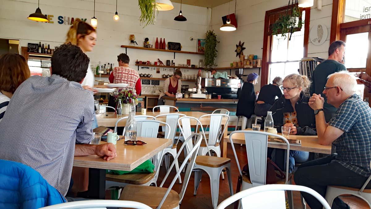 Raglan Cafe im Stil der 70er