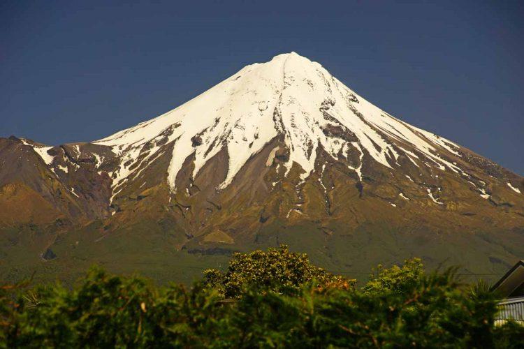 Der Schnnebedeckte Mt Taranaki in Frühjahr