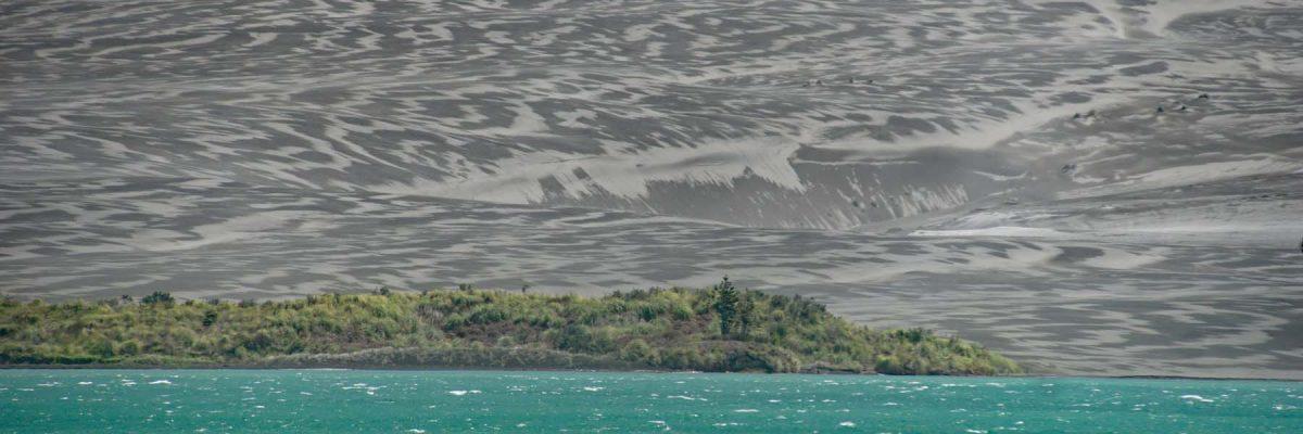 Blick von Aotea auf die schwarze Dünenan der Potoorangi Bay